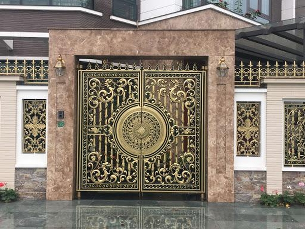 Giá cổng nhôm biệt thự phụ thuộc vào nhiều yếu tố